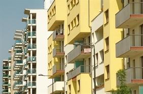 Kiderül, hogy az eladott telek és vásárolt lakás után kell-e adót fizetni