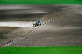 Átminősített termőföld eladása vagy apportja éri meg – számoljuk adóját
